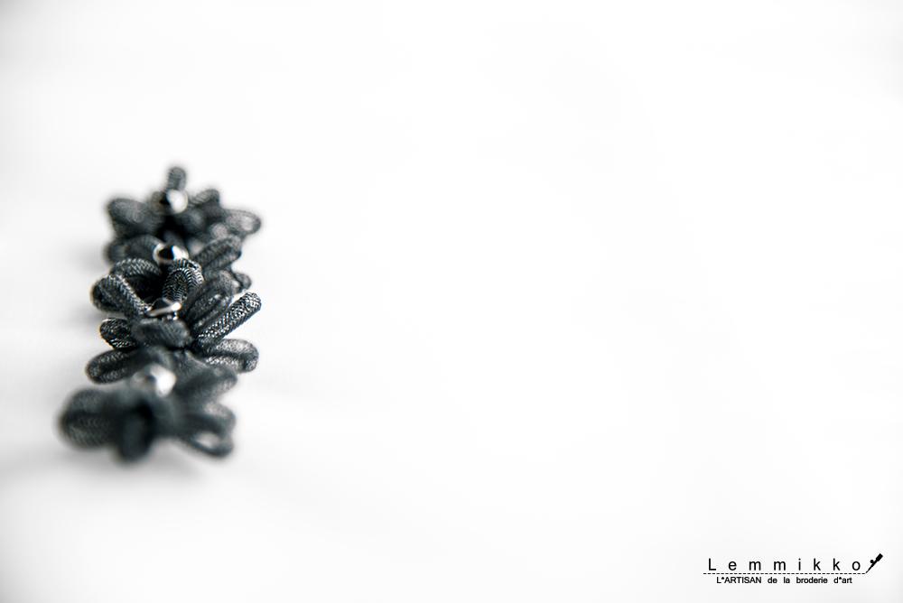 黒 リボン 刺繍