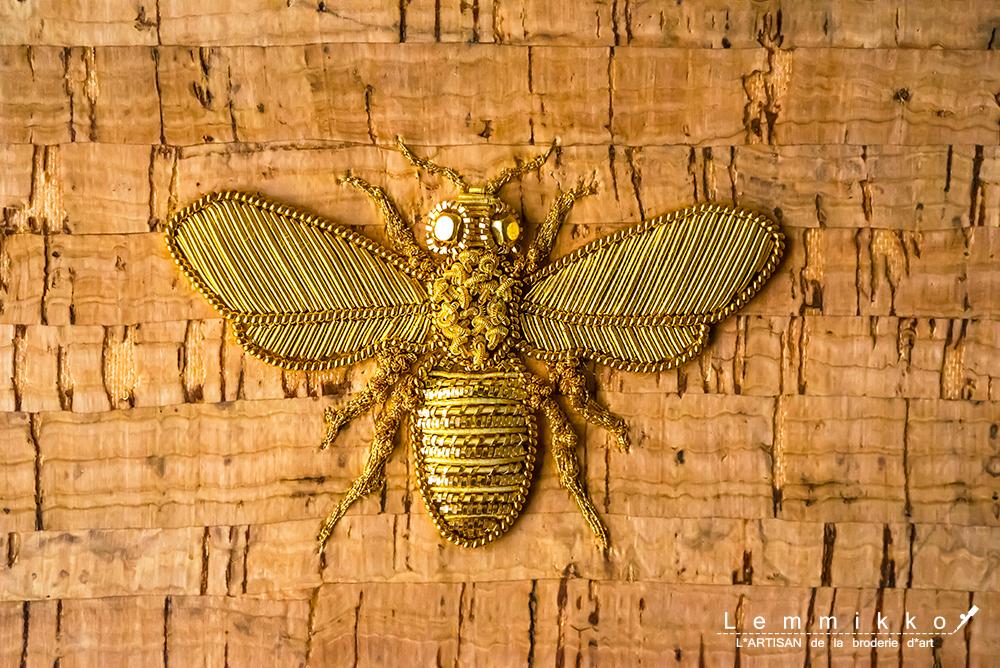 金色の蜂の刺繍