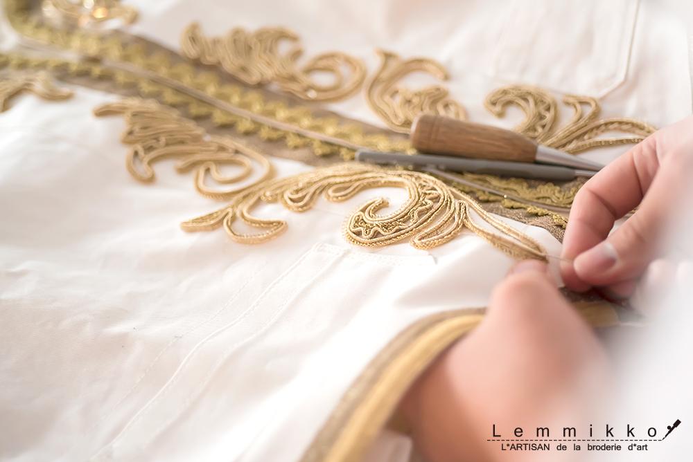 金色のコード刺繍