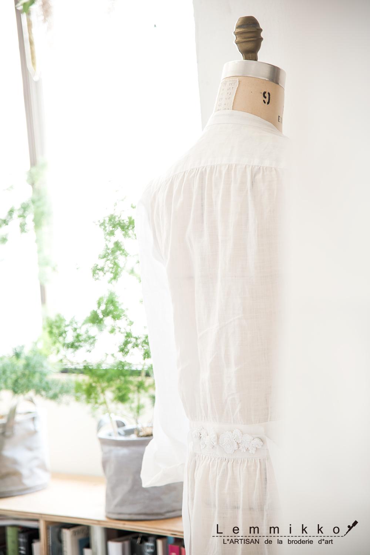 夏用の白いワンピースにシンプルな刺繍