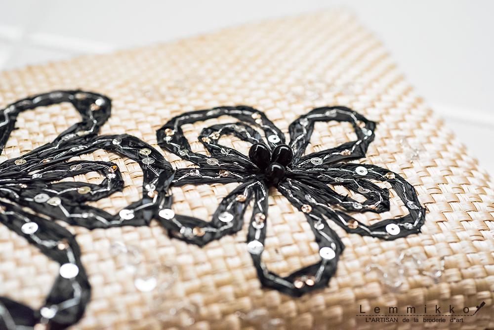 夏に似合う黒色の刺繍入りポーチ
