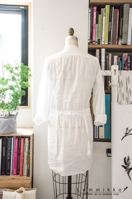 夏用の白いワンピースに可愛い刺繍