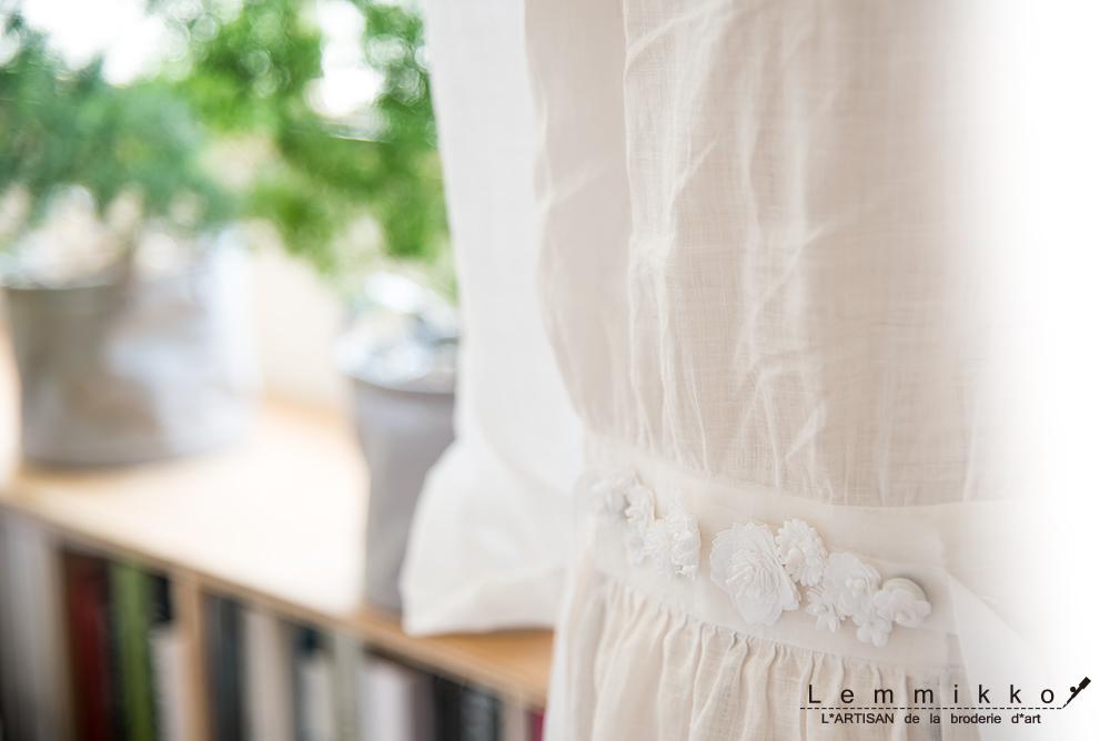夏用の白いワンピースにセンスのいい刺繍