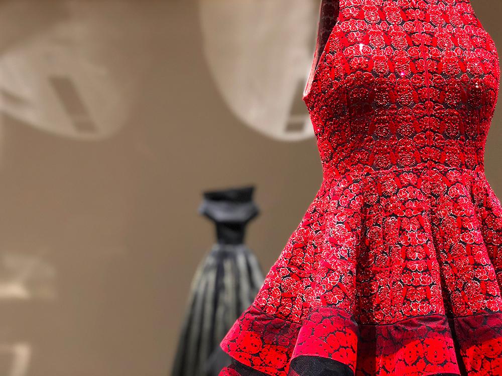 アライア 赤いビーズ刺繍