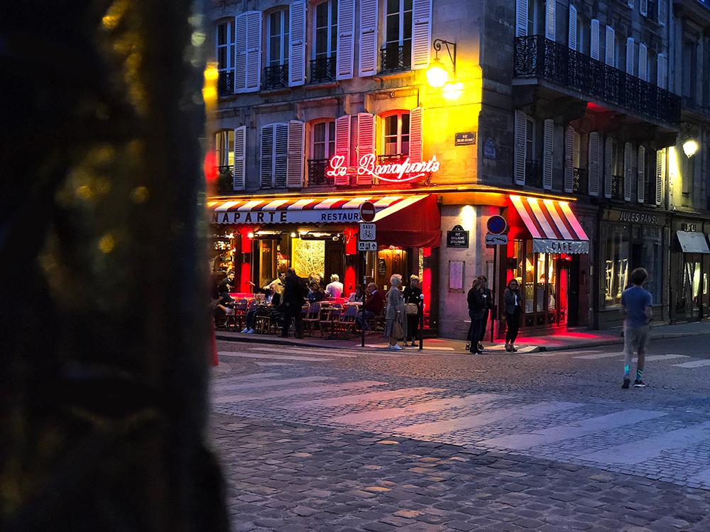 パリのカフェの写真