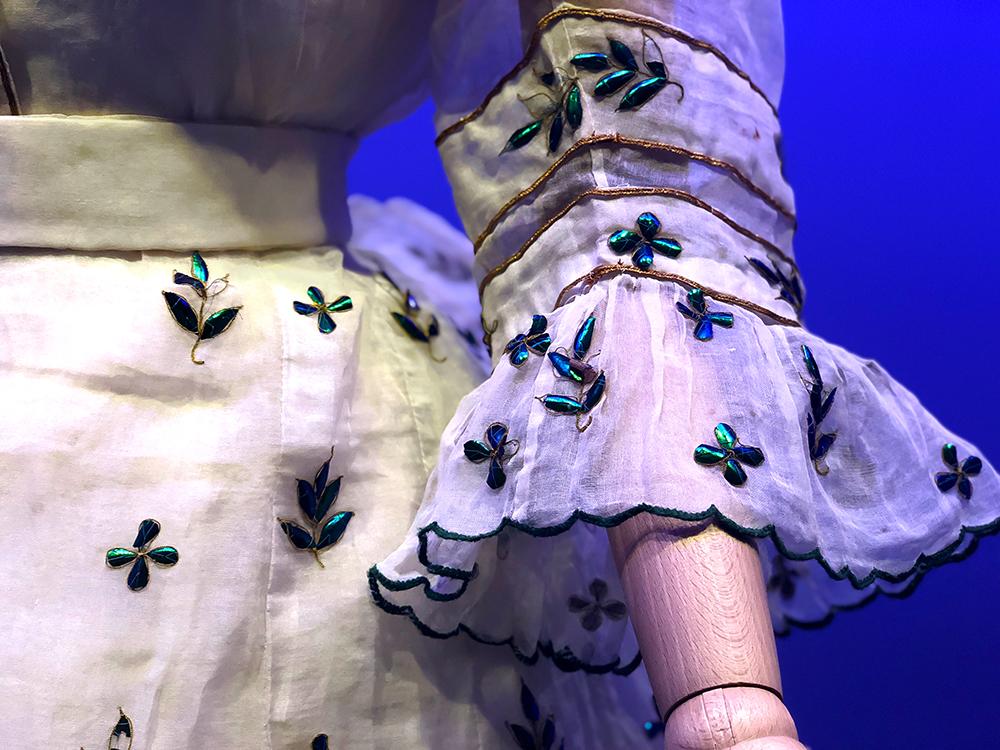 虫の羽の刺繍ドレス