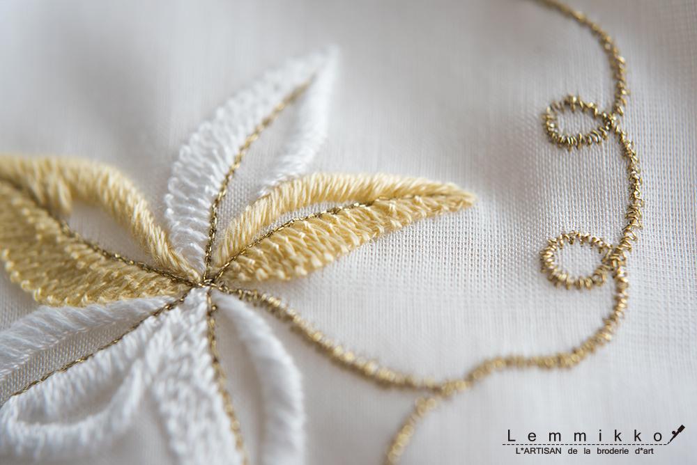 白いハンカチにリュネビル刺繍