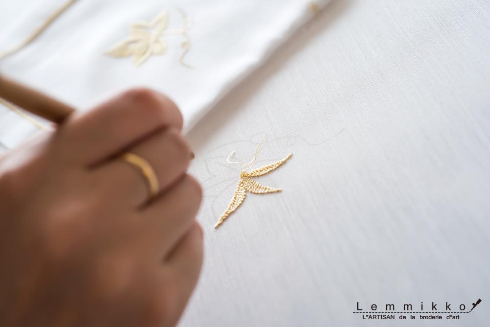 ハンカチにリュネビル刺繍
