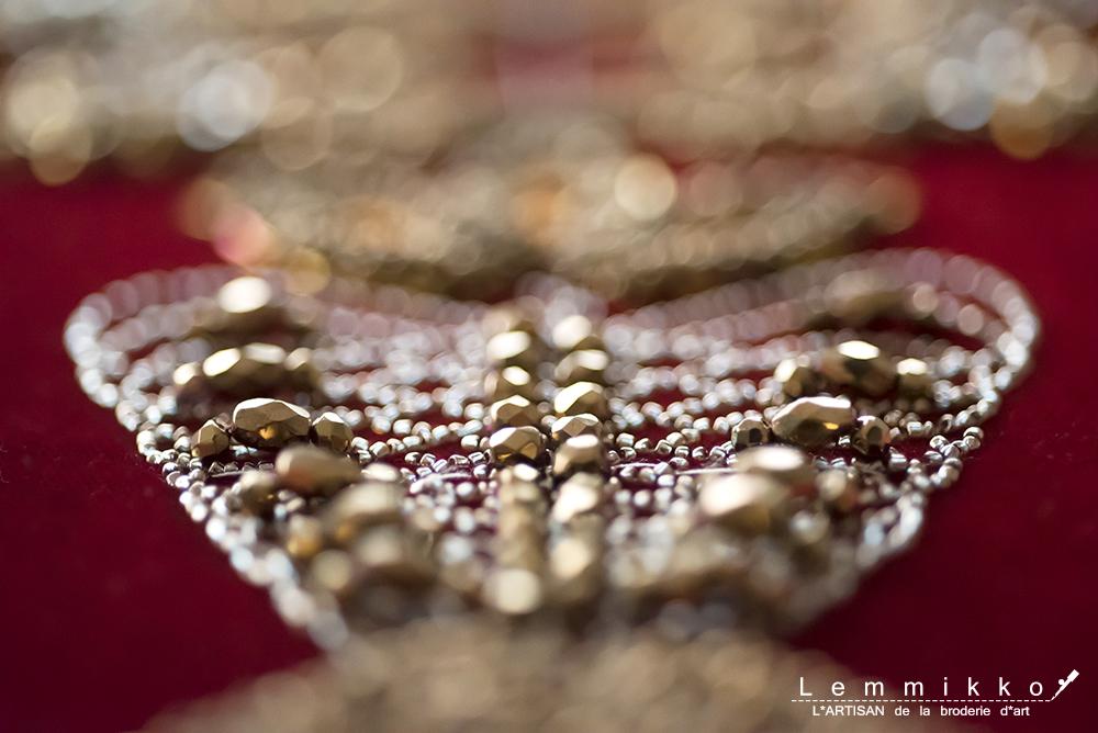 ベルベットのドレスにゴールドの刺繍