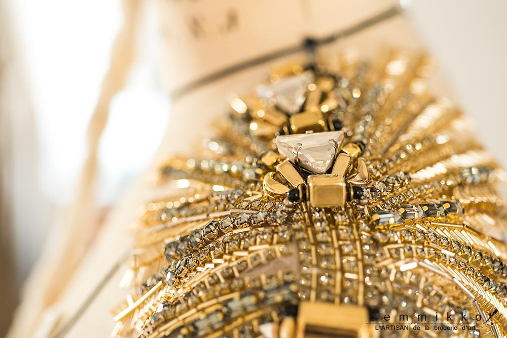 ゴールドのリュネビル刺繍