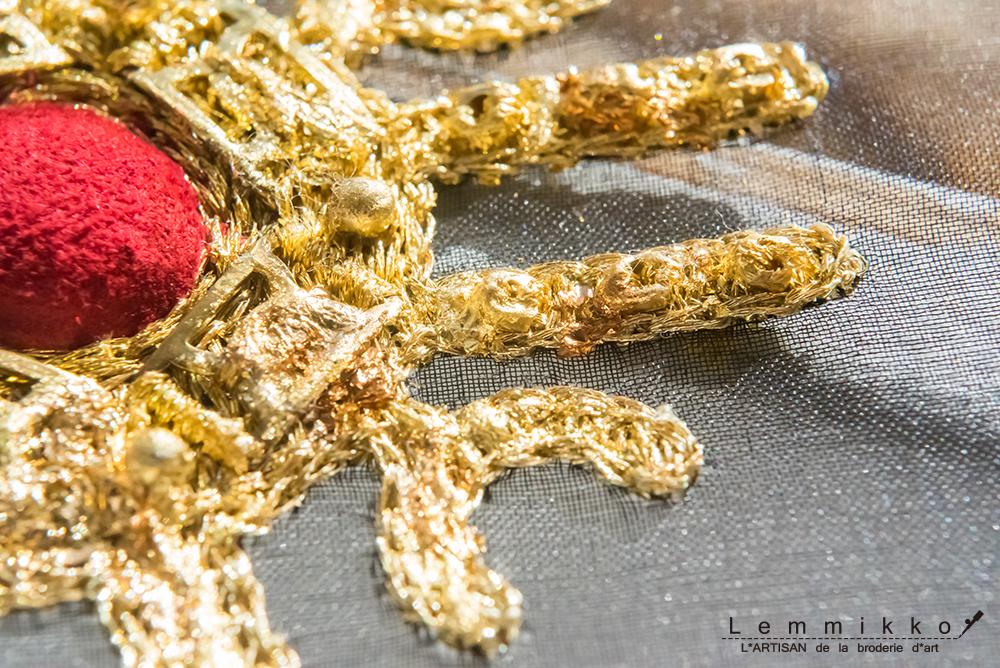 ゴールドの刺繍ブローチ
