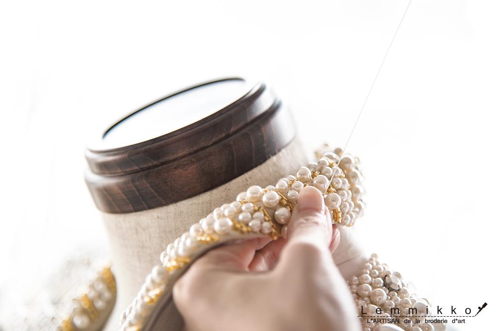 襟のパール刺繍