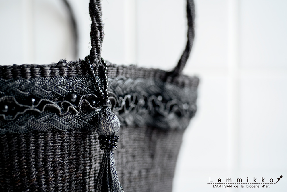 黒の刺繍バッグ