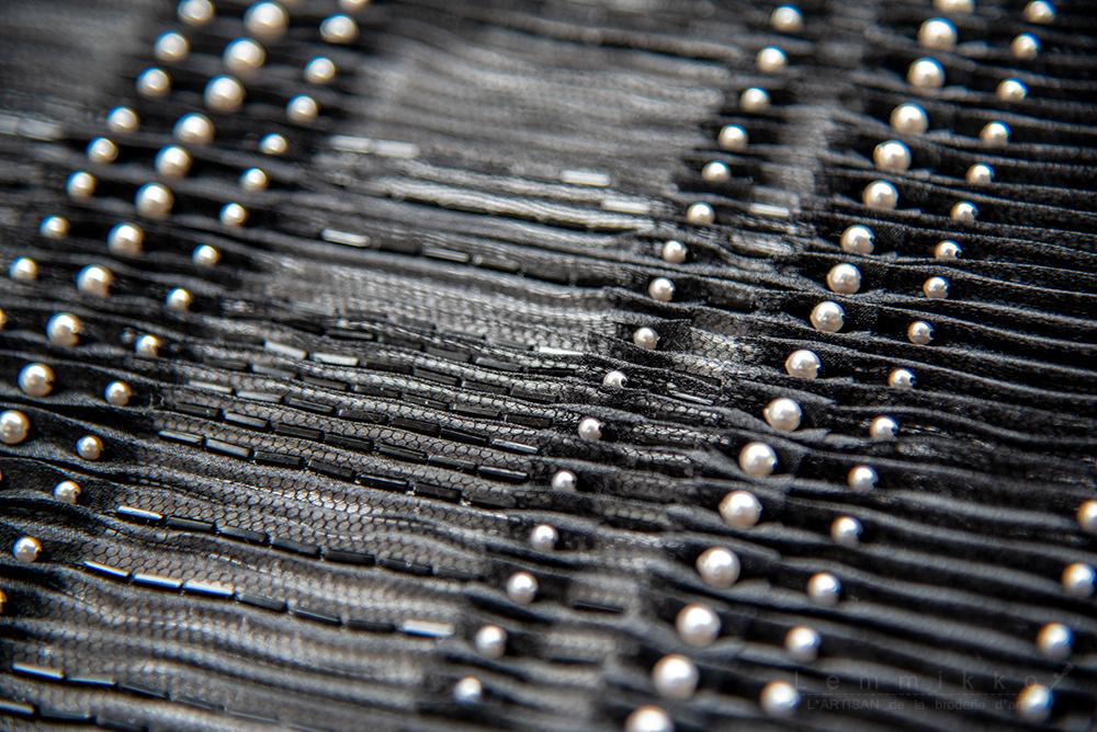 プリーツの黒いオートクチュール刺繍