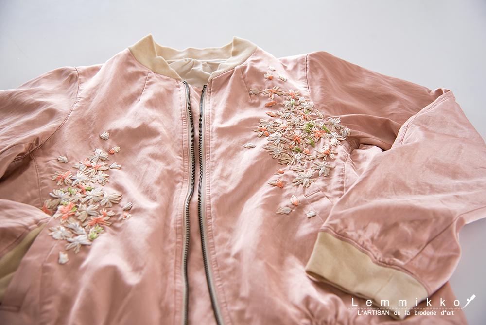 スタジャンのピンクの刺繍