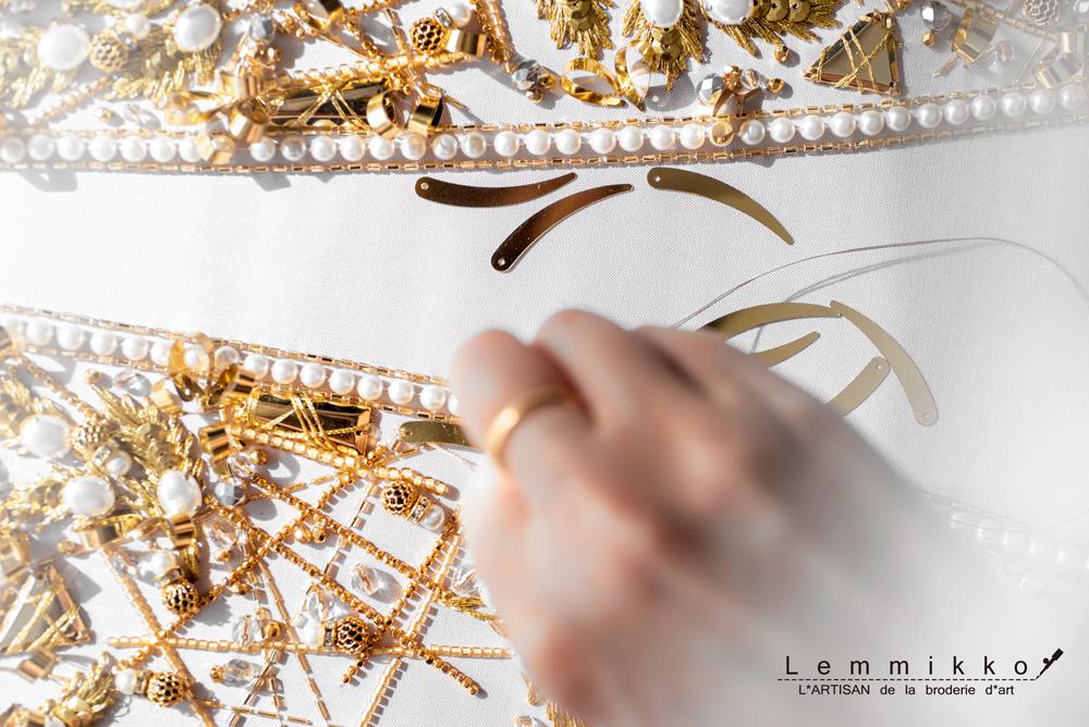 金のビーズ刺繍