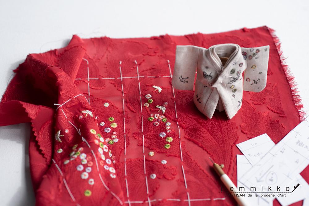 人形の花の刺繍のパターン