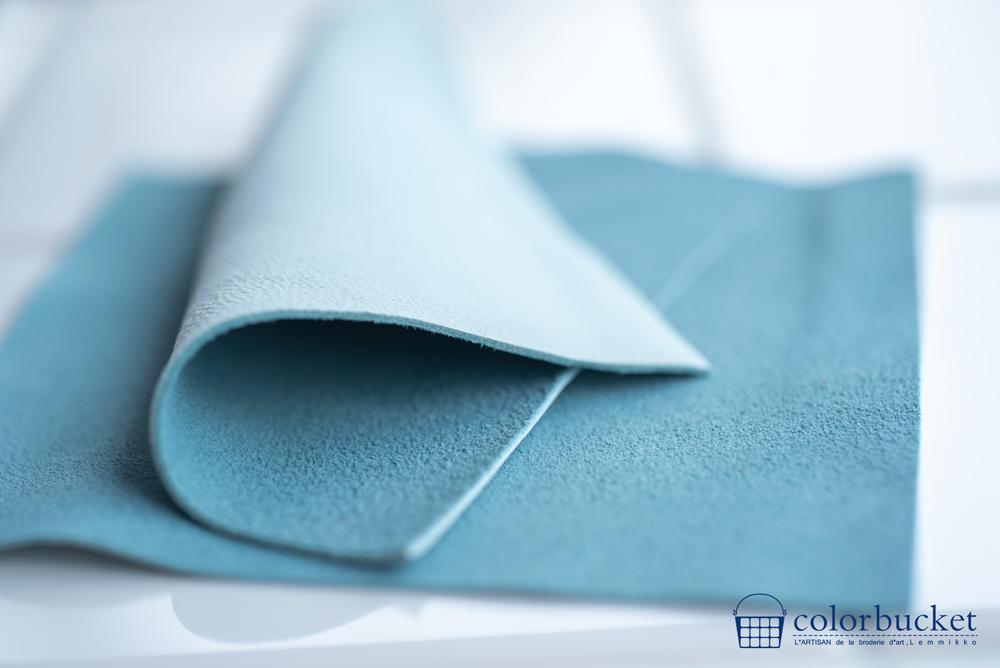 刺繍の素材の青い革
