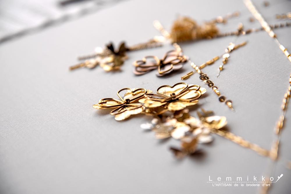 金のクローバーに刺繍
