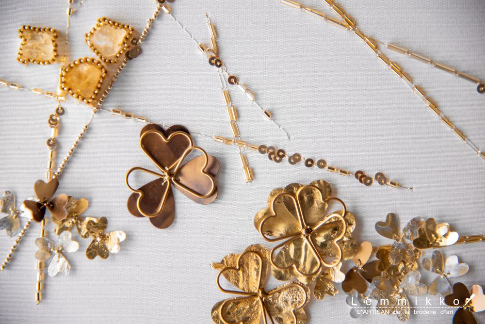 金のクローバーの刺繍