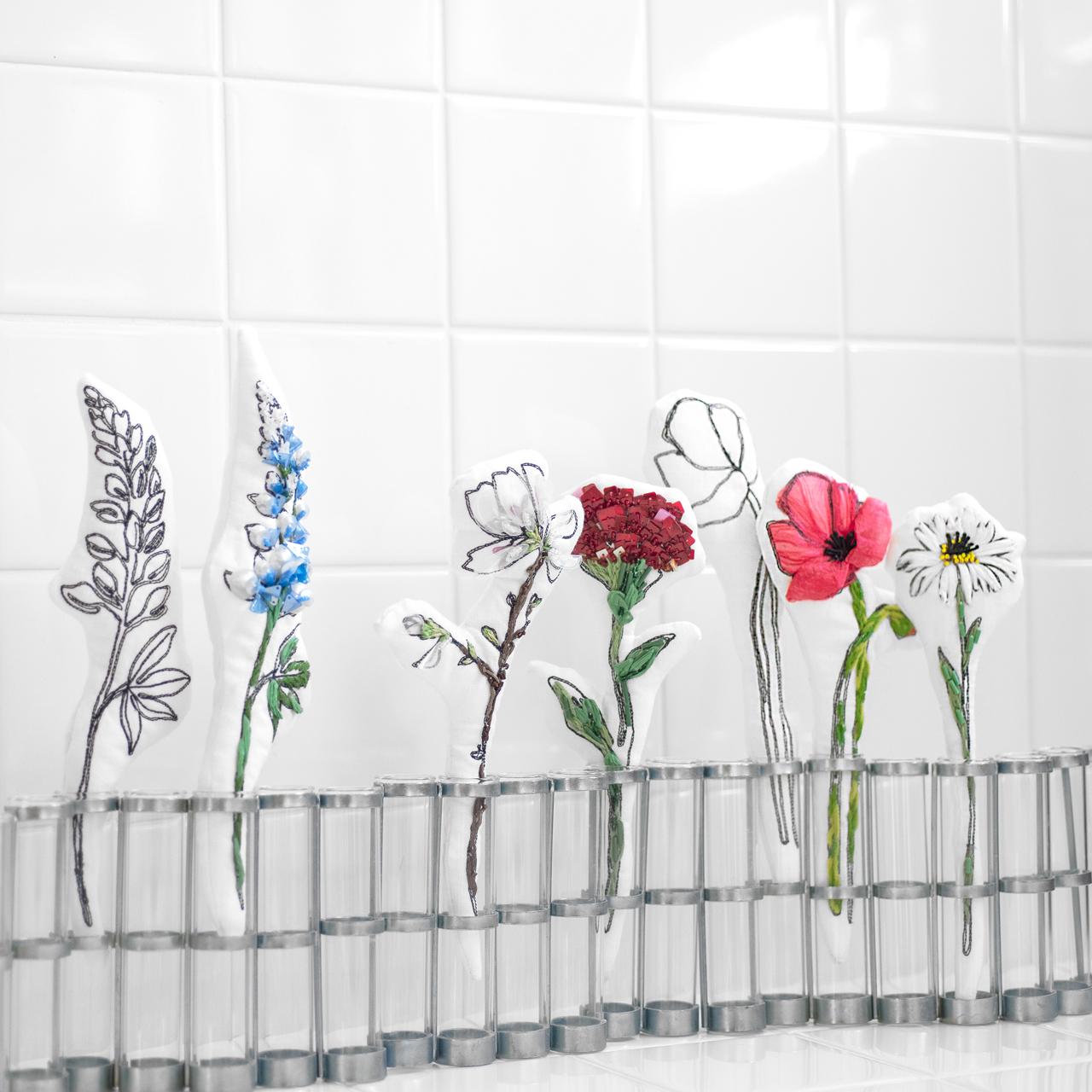 一輪挿しの可愛い花の刺繍