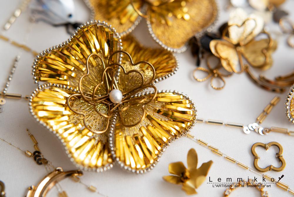 ゴールドのメタル刺繍