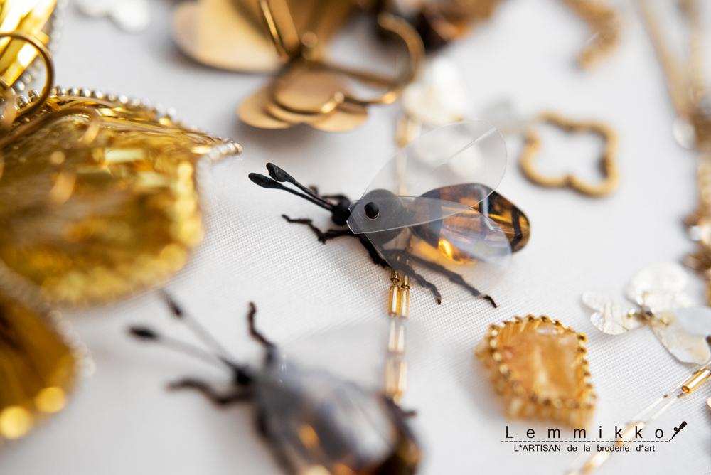 ゴールドの面白い虫の刺繍