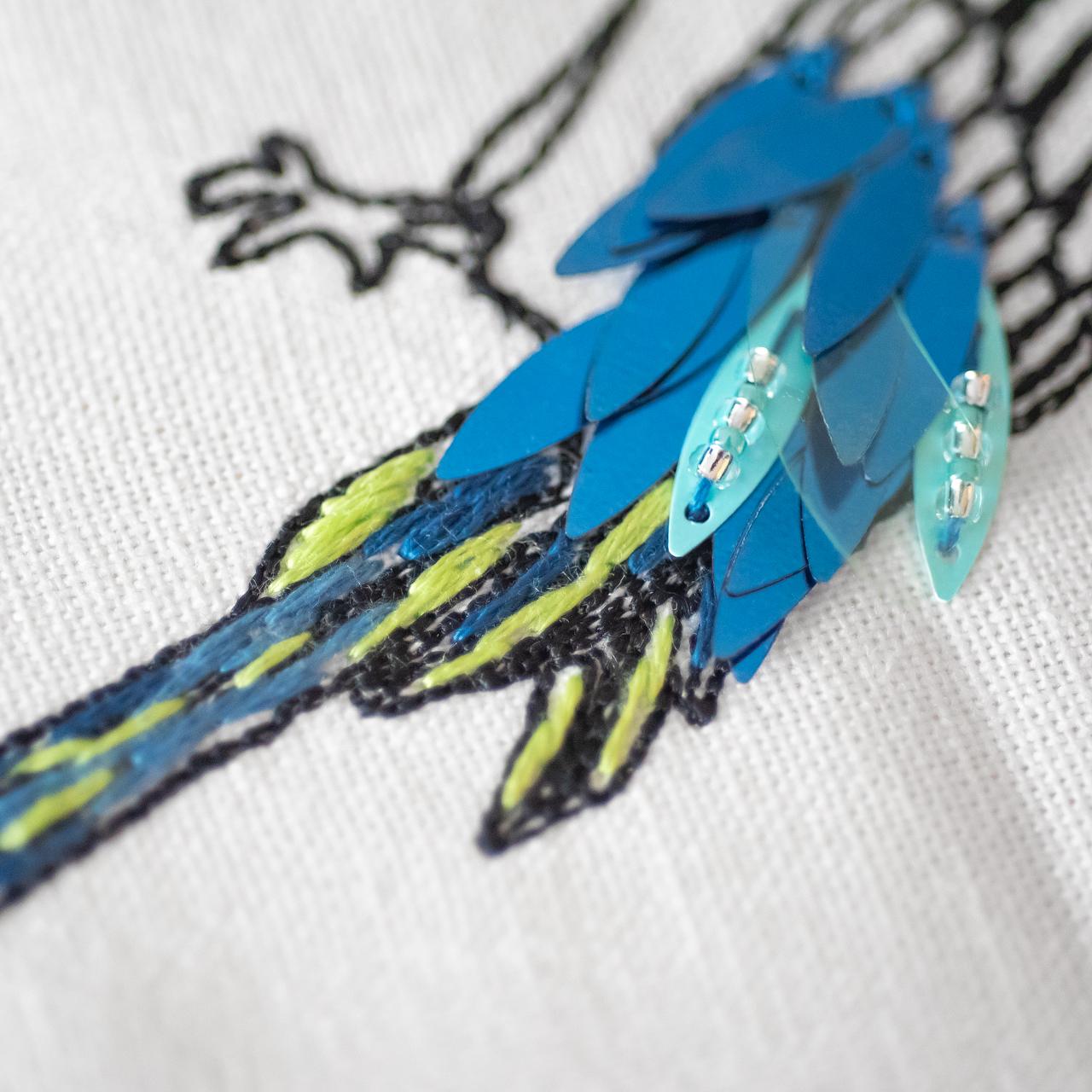 鳥の尻尾の刺繍