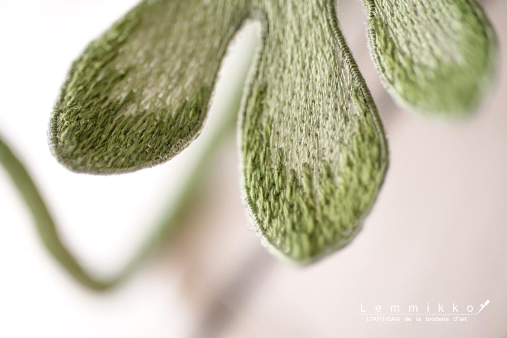シンプルな葉の刺繍のコサージュ
